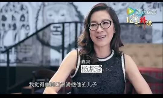 michelle-yeoh-sit-in-front-of-the-artwork